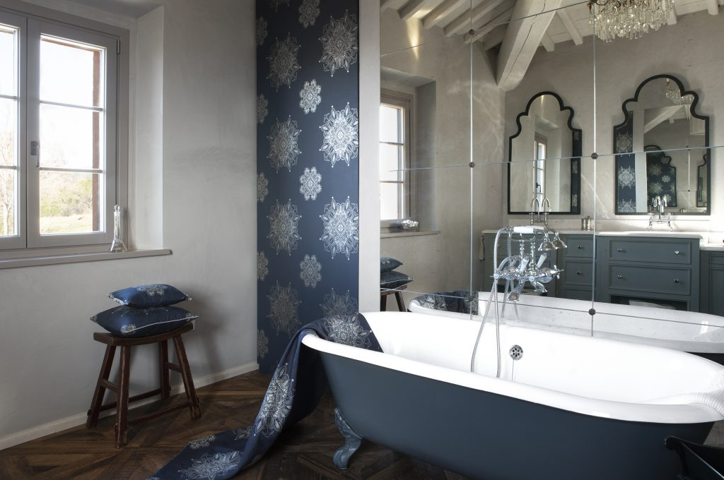 FabricAndWallpaper_VeneziaGrande_Metallic_SilverOnBlue